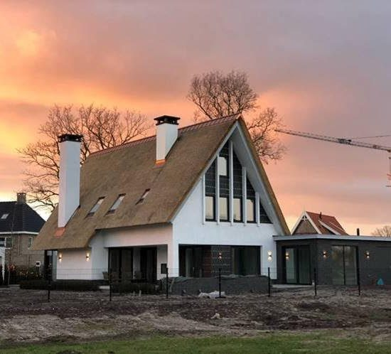 Moderne nieuwbouw villa in aanbouw riet