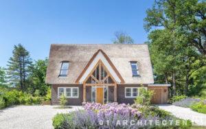 Vrijstaande woning architect eiken hout rietgedekt nieuwbouw