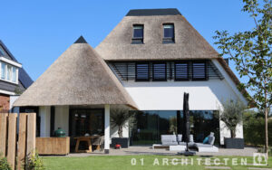 brede rietgedekte villa nieuwbouw