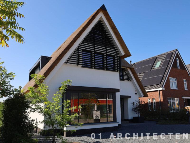 moderne rietgedekte villa architectenbureau rietendak lamellen modern kader wit gestuct